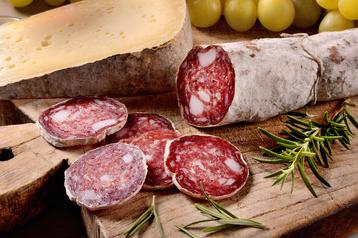 Spuntino rustico con salame e formaggio